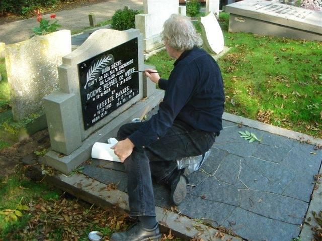 Letters opnieuw inverven grafsteen