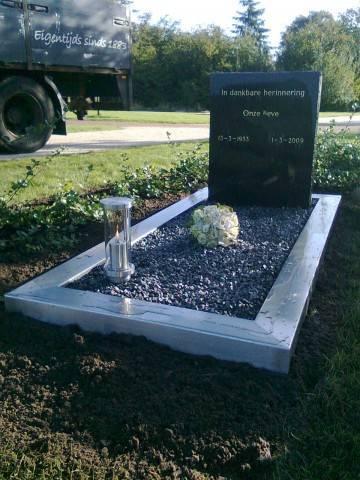 Enkel liggende grafsteen met steenslag