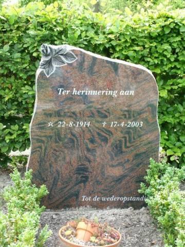 Rood bruin staande grafsteen bloem