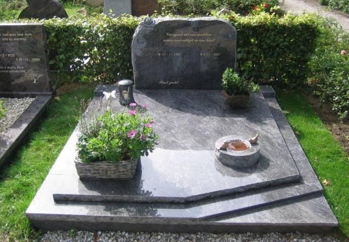 Dubbele grafsteen met tredes