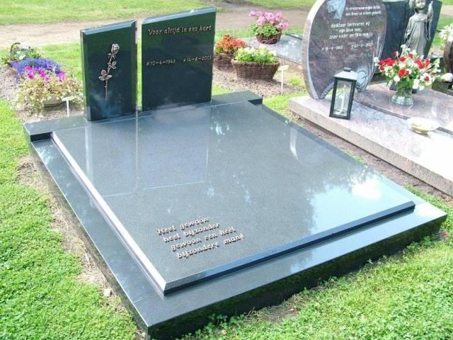 Dubbel graf met twee staande stenen