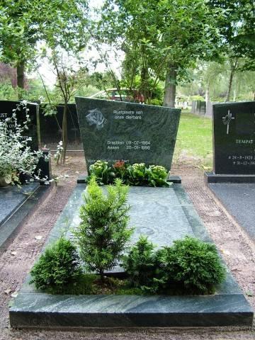 Grafsteen met plantenvak