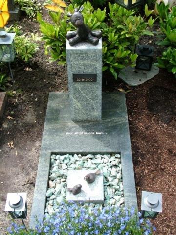Kindergrafsteen met knuffelbeer in brons