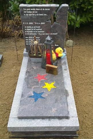 Kinder grafsteen met gekleurde sterren
