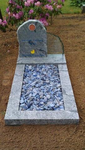 Grafsteen kind met grind en glas
