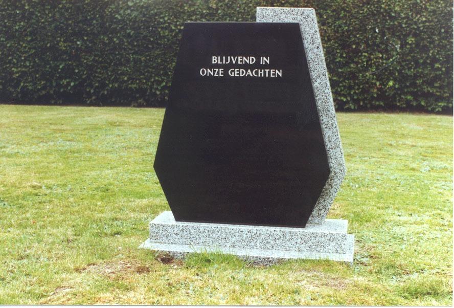 Staande grafsteen zwart met veel hoeken